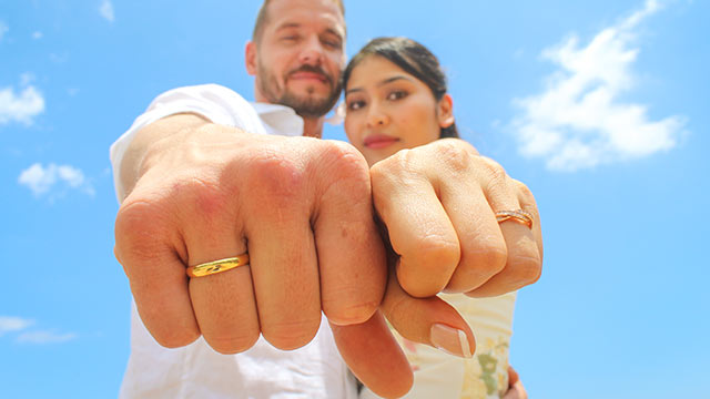 Hochzeitspaar zeigt Eheringe