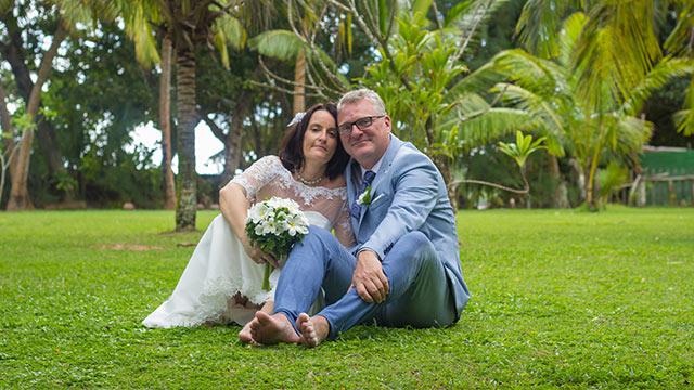 Hochzeitspaar im tropischen Garten