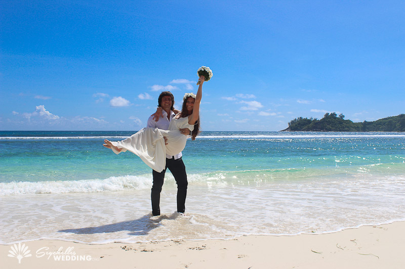 couple-posing-at-the-beach