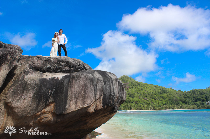 couple-posing-at-baie-lazare
