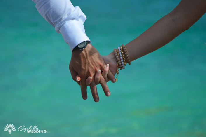 argentinian-couple-hand-in-hand