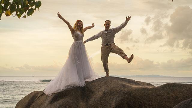 Eheerneuerung in den Seychellen Paar beim Sonnenuntergang