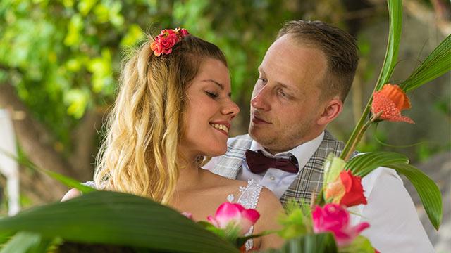 Eheversprechen erneuern Seychellen glückliches Paar