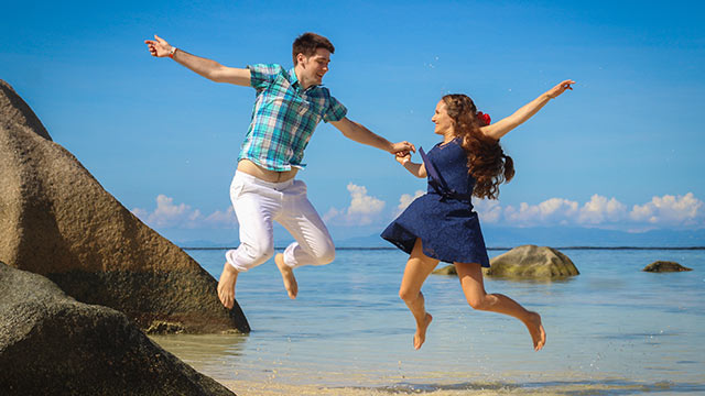 Flitterwochen auf den Seychellen Paar Fun am Strand