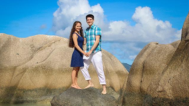 Flitterwochen auf den Seychellen Paar am Sandstrand