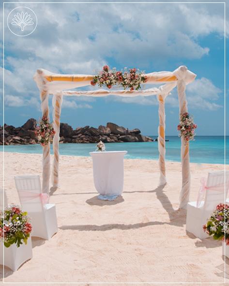 Das Bild zeigt das Premium Hochzeitspaket am Strand