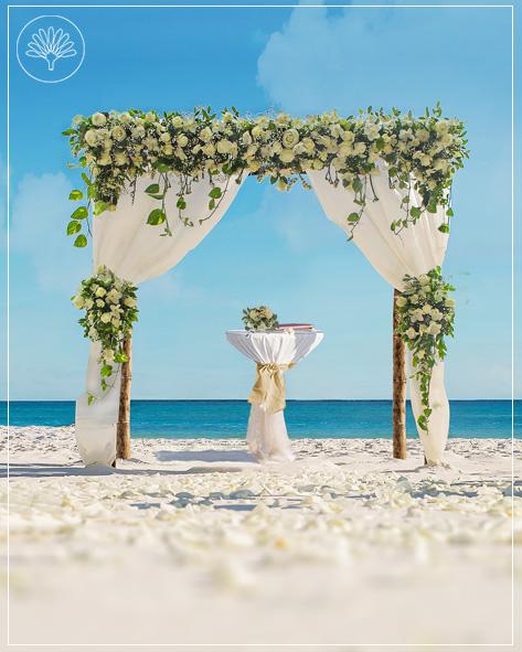 Das Bild zeigt das Superior Hochzeitspaket am Strand