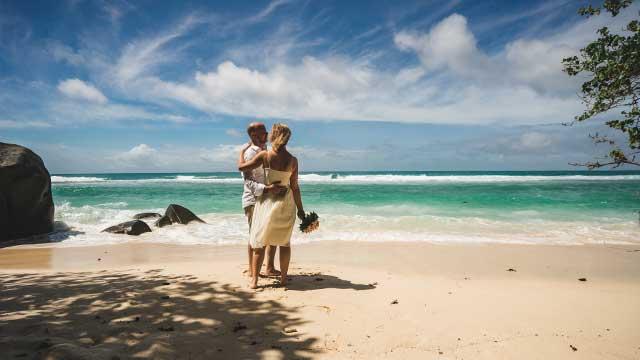 Gruende für eine Strandhochzeit, Hochzeitspaar am Strand